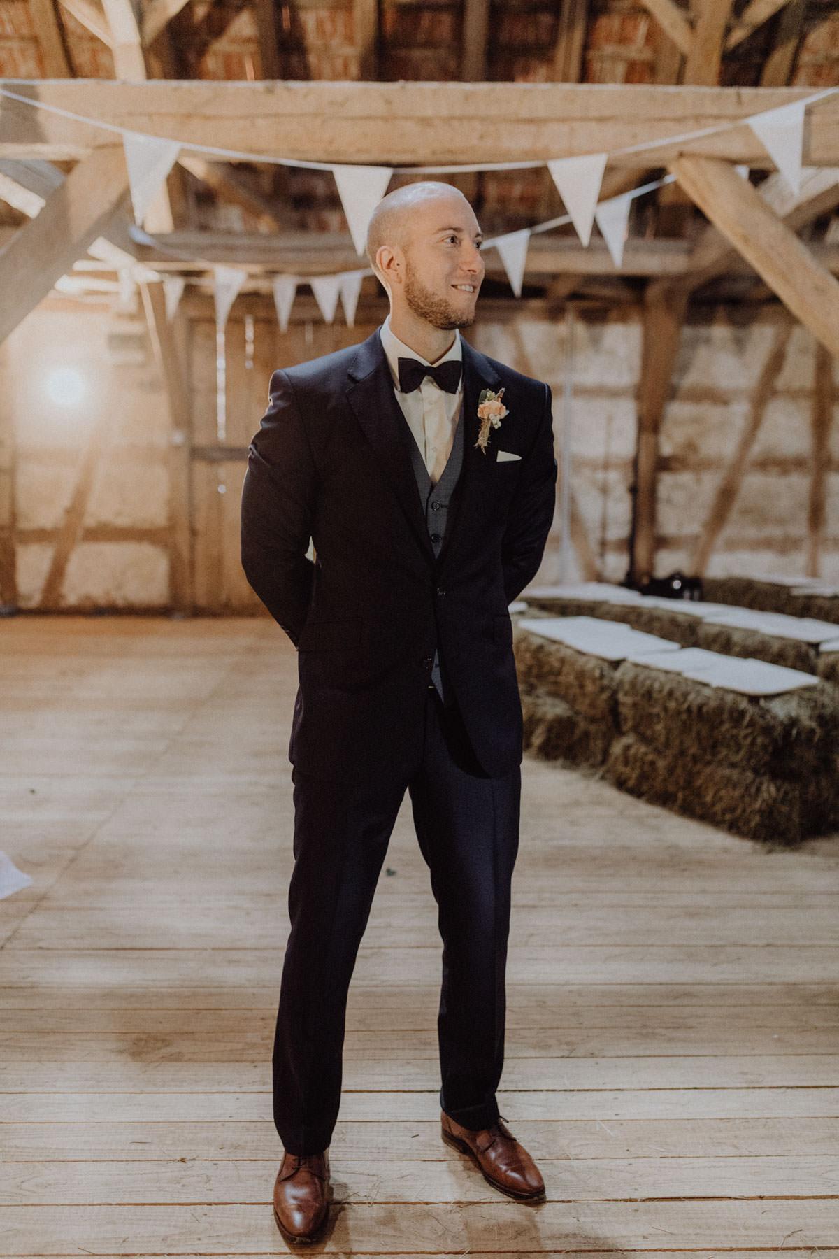 Vintage Scheunen Hochzeit Brautshooting Bräutigam Anzug Scheune