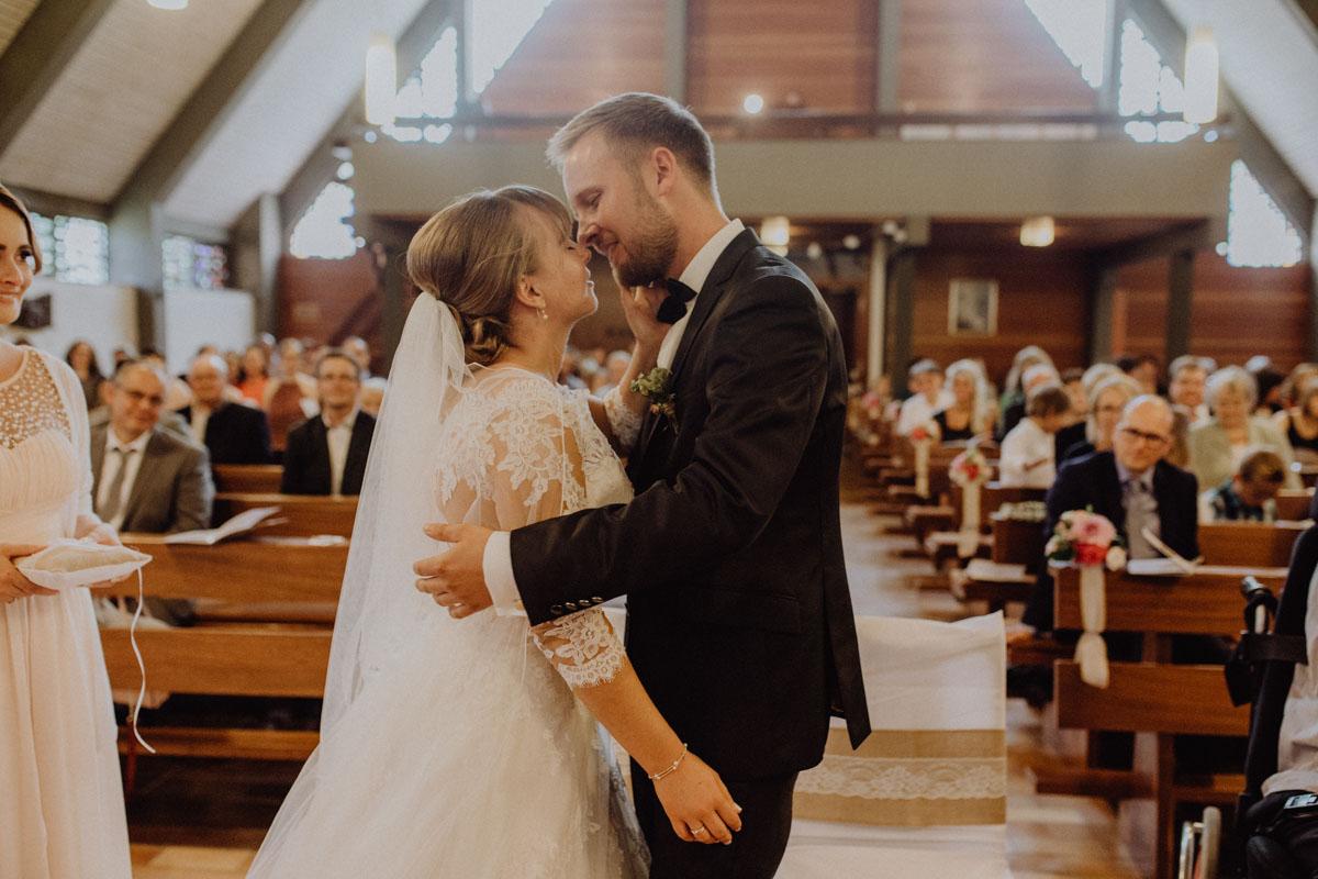 Trauung Kuss Kirche Hochzeit Bayern