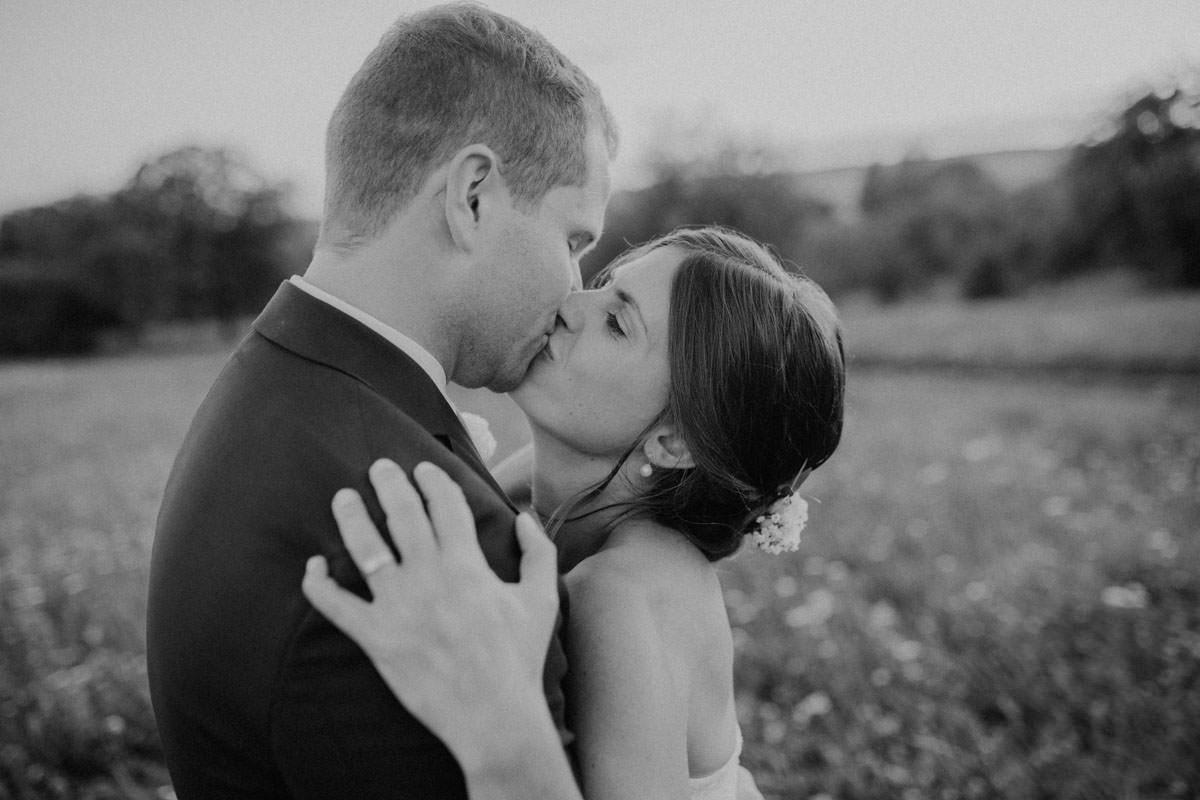 Verliebtes Brautpaar Kuss Liebe